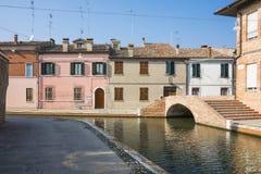 Casas coloridas na rua Comacchio, It?lia foto de stock