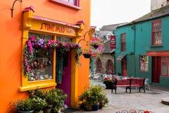 Casas coloridas na rua da alameda e do mercado do ` s de Newman em Kinsale foto de stock royalty free