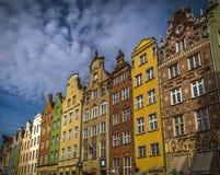Casas coloridas na rua longa em Gdansk, Polônia com céu dramático imagem de stock royalty free