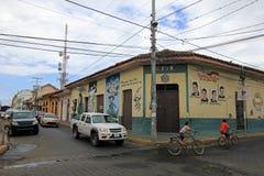 Casas coloridas nas ruas da cidade colonial de Leon, Nicarágua imagem de stock