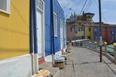 Casas coloridas nas ruas de Valparaiso fotografia de stock royalty free