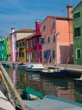 Casas coloridas no canal em Burano Itália fotos de stock royalty free