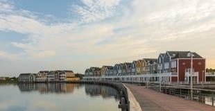Casas coloridas no crepúsculo em Houten, os Países Baixos Fotografia de Stock