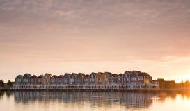 Casas coloridas no crepúsculo em Houten, os Países Baixos Fotos de Stock Royalty Free