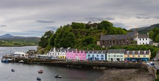 Casas coloridas no porto de Portree na ilha de Skye, fotografia de stock royalty free