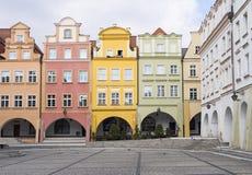 Casas coloridas no quadrado do townhall, Jelenia Gora, Polônia fotos de stock