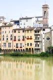 Casas coloridas no River Arno em Florença imagem de stock