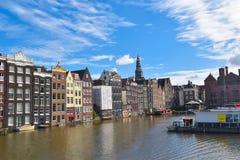 Casas coloridas nos bancos de um dos canais no centro de cidade de Amsterdão imagem de stock