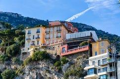 Casas coloridas nos montes de Mônaco imagem de stock