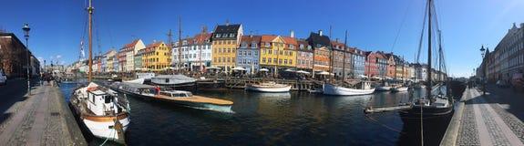 Casas coloridas perto do canal de ?gua F?rias em Europa copenhaga imagem de stock