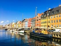 Casas coloridas perto do canal de ?gua F?rias em Europa copenhaga imagem de stock royalty free