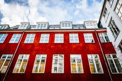 Casas coloridas típicas e exteriores da construção na cidade velha de Copenhaga Imagem de Stock Royalty Free