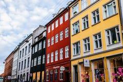 Casas coloridas típicas e exteriores da construção na cidade velha de Copenhaga, fim acima em janelas e detalhes Fotos de Stock Royalty Free