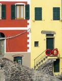 Casas coloridas típicas en Cinque Terre Imágenes de archivo libres de regalías