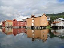 Casas coloridas velhas de Mosjoen, Noruega Foto de Stock
