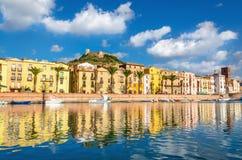 Casas coloridas y fuerte viejo sobre Bosa, Cerdeña, Italia, Europa imágenes de archivo libres de regalías