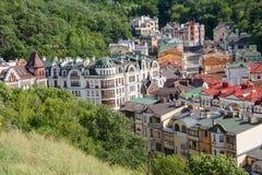 Casas coloridos cercadas por árvores verdes kiev Imagem de Stock