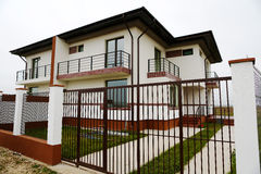 Casas com cerca grande Fotos de Stock Royalty Free