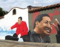 Casas com grafittis venezuelanos anteriores do presidente Hugo Chavez foto de stock