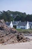 Casas com opinião da praia Fotografia de Stock Royalty Free