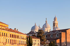 Casas com uma basílica da vista de Santa Giusti Fotografia de Stock