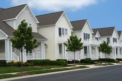 Casas como novo em uma fileira Fotografia de Stock Royalty Free