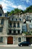 Casas con el backgroun de la montaña imagen de archivo