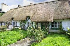Casas con el tejado cubierto con paja de la primera mitad diecinueveavo Imagen de archivo