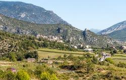 Casas con las montañas Imagenes de archivo