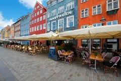 Casas con los pequeños cafés en Nyhavn Fotos de archivo