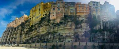 Casas construídas nos penhascos completos da cidade de Tropea em Itália fotografia de stock royalty free
