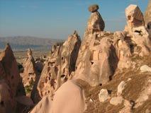 Casas construidas en las montañas de Cappadocia Foto de archivo libre de regalías