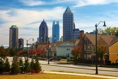 Casas contra el Midtown. Atlanta, GA. LOS E.E.U.U. Foto de archivo