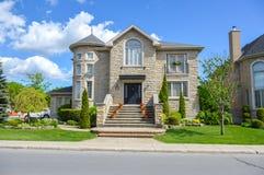 Casas costosas en verano, Montreal foto de archivo
