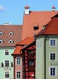 Casas curvadas de la ciudad medieval Foto de archivo libre de regalías