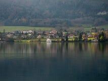 Casas da beira do lago Imagem de Stock Royalty Free