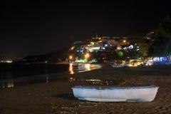 Casas da costa e de verão na noite Imagens de Stock