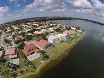 Casas da margem vistas de cima de Fotos de Stock Royalty Free