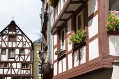 casas da Metade-madeira de Bernkastel-Kues em Alemanha Foto de Stock