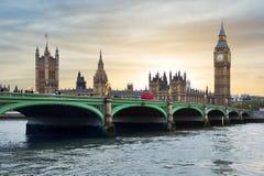 Casas da ponte no por do sol, Londres do parlamento, de Big Ben e de Westminster, Reino Unido imagem de stock royalty free