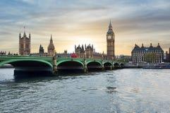 Casas da ponte no por do sol, Londres do parlamento, de Big Ben e de Westminster, Reino Unido imagens de stock
