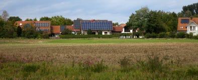 Casas da vila com os painéis solares nos telhados fotos de stock