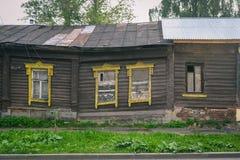 Casas da vila em Rússia Paisagem rural do russo Casa de madeira de desmoronamento imagens de stock