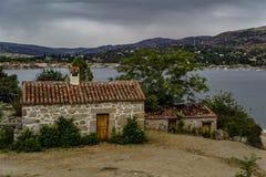 Casas da vila na borda do reservatório fotos de stock