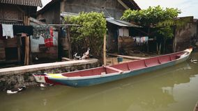 Casas da vila no rio em Indonésia vídeos de arquivo