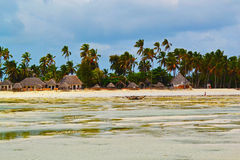 Casas da vista-praia, do oceano, do céu e de praia de Zanzibar Imagem de Stock