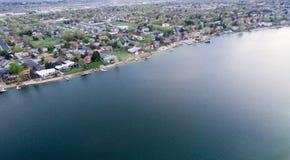 Casas das proximidades do lago Fotos de Stock Royalty Free