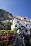Casas de Amalfi con el poste de la lámpara Imagen de archivo libre de regalías