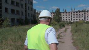 Casas de apartamento abandonadas exibição do construtor video estoque