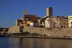 Casas de apartamento em Antibes Riviera francês, mar Mediterrâneo fotografia de stock royalty free